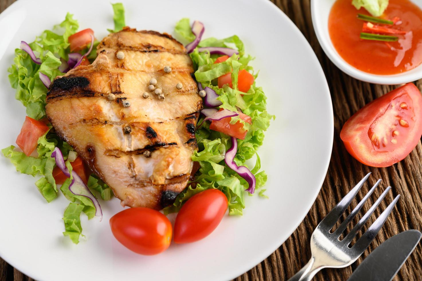 poulet grillé avec une salade photo