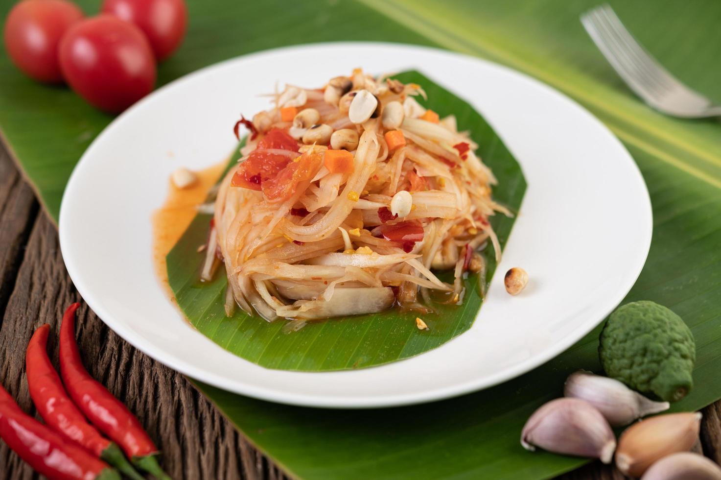 salade de papaye thaï aux feuilles de bananier et ingrédients frais photo