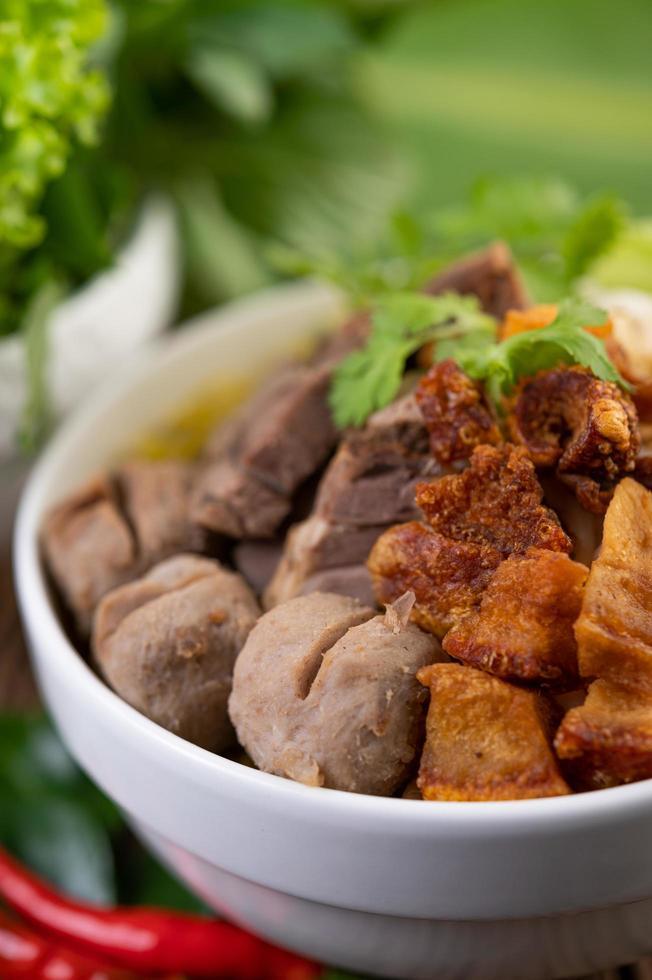 nouilles jaunes au porc croustillant et boulettes de viande photo