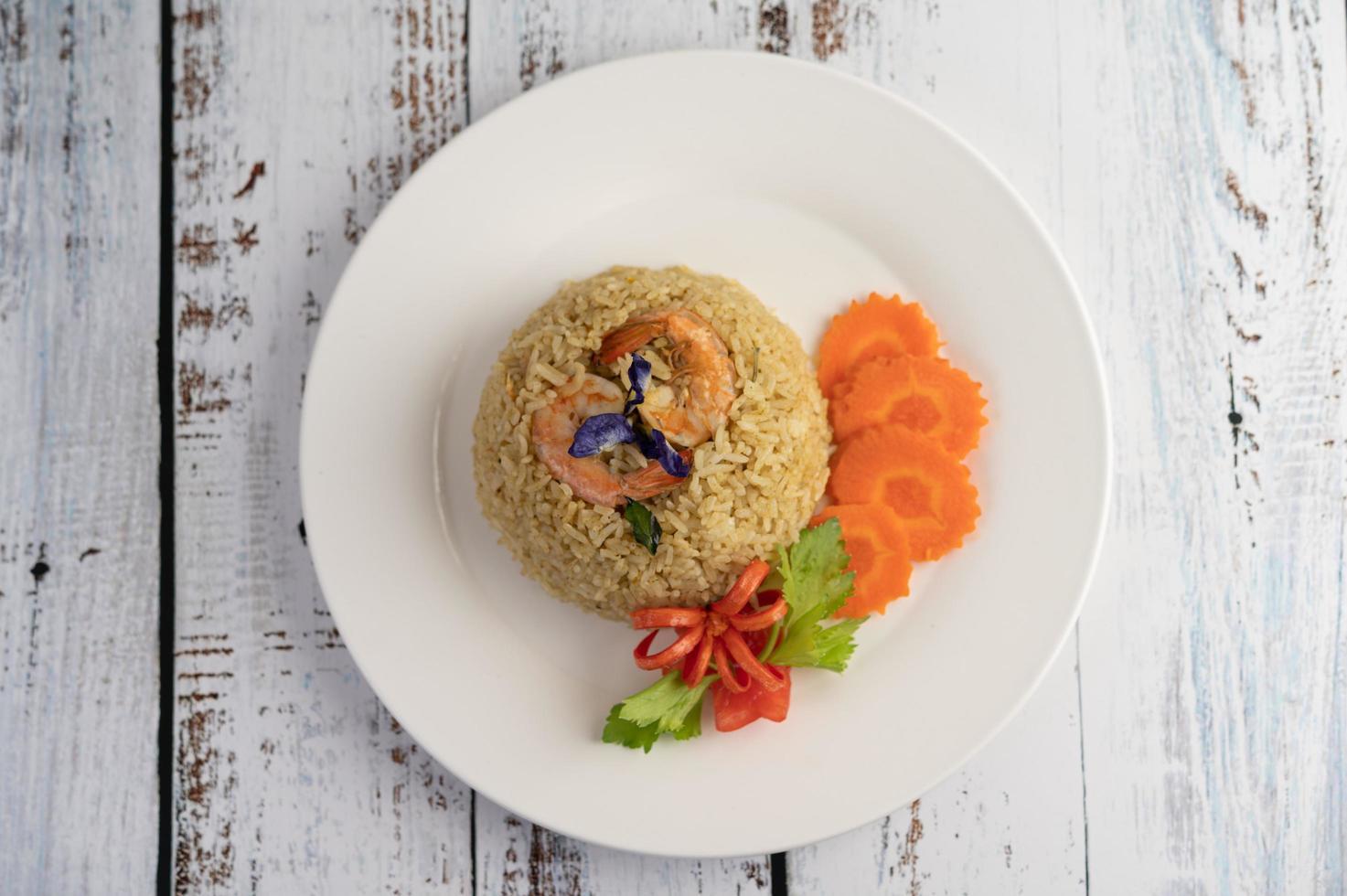 riz aux crevettes aux tomates et carottes photo