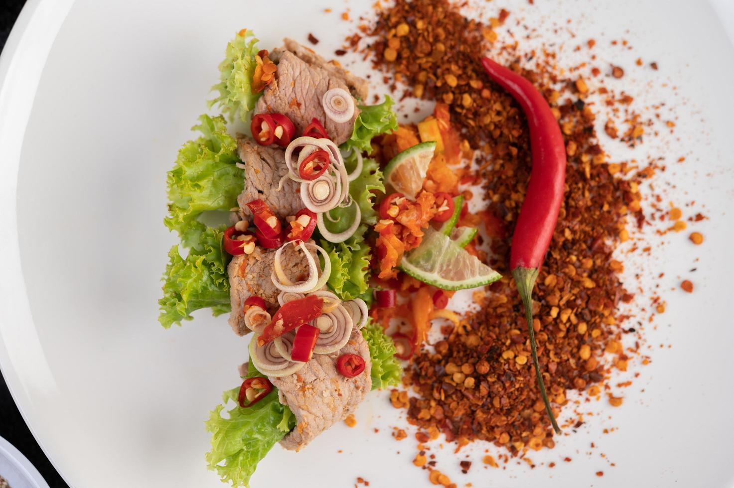 salade de porc épicée au galanga, citron, piment et ail photo