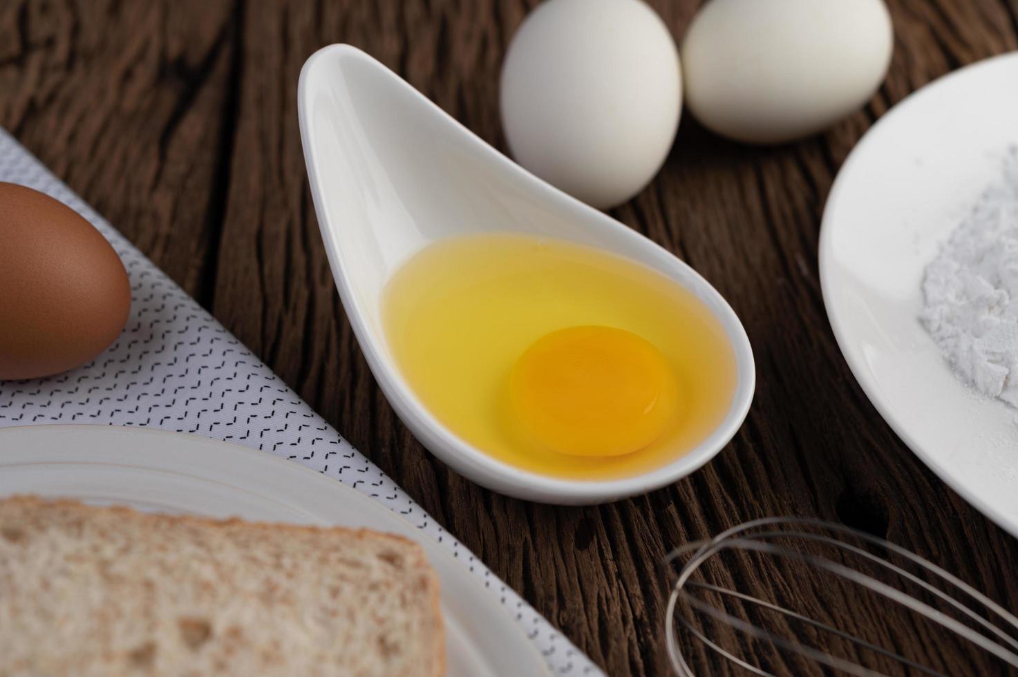 ingrédients à base d'œufs, de pain et de farine de tapioca photo