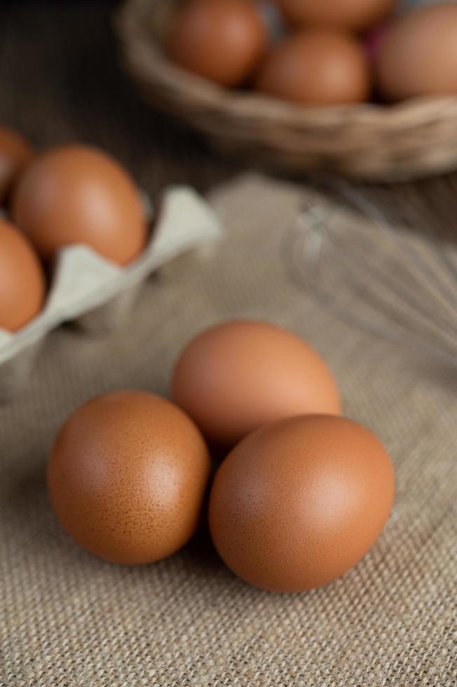 œufs biologiques crus sur un sac de chanvre photo