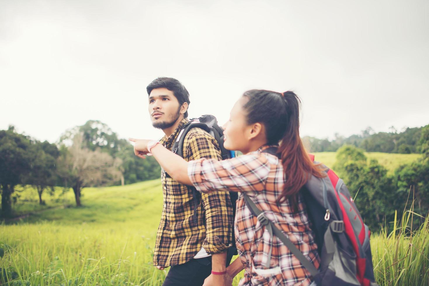 Portrait d'un jeune couple heureux marchant sur un voyage de randonnée photo
