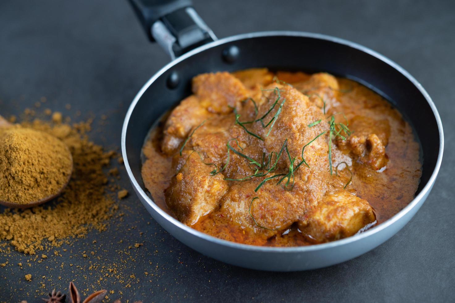 curry thaï massaman aux épices photo