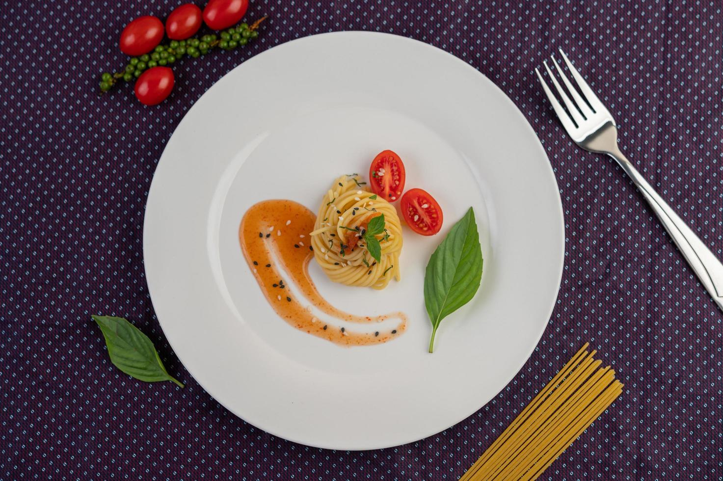 spaghettis gastronomiques joliment disposés sur une assiette blanche photo