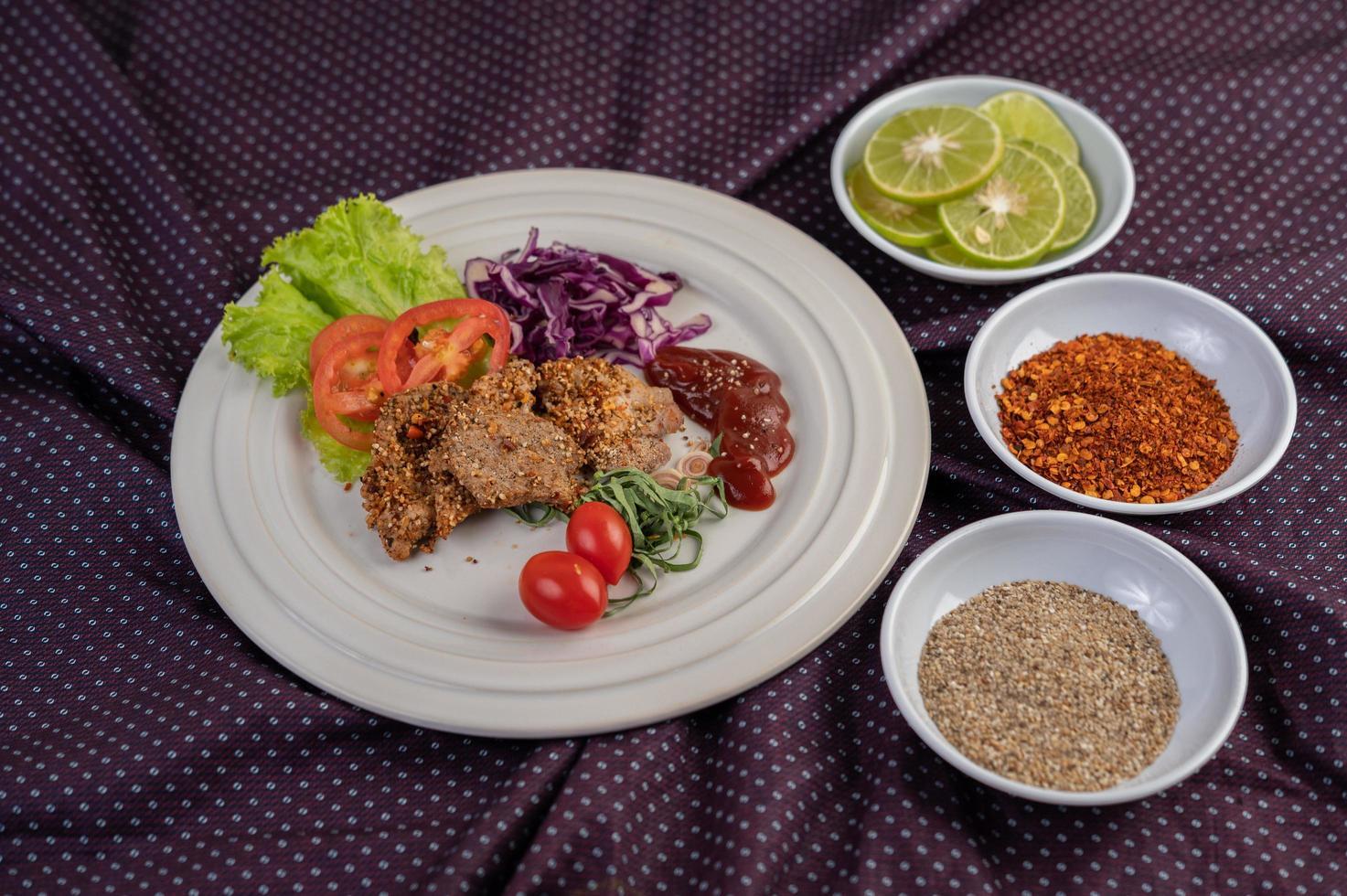salade de porc aux poivrons, tomate, citron, citron vert, ail et salade photo