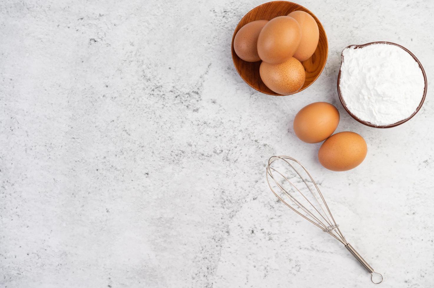 œufs, farine de tapioca et batteur à œufs photo