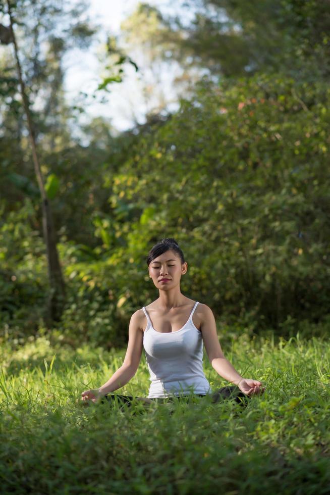 femme, dans, pose yoga, dehors, dans, nature photo