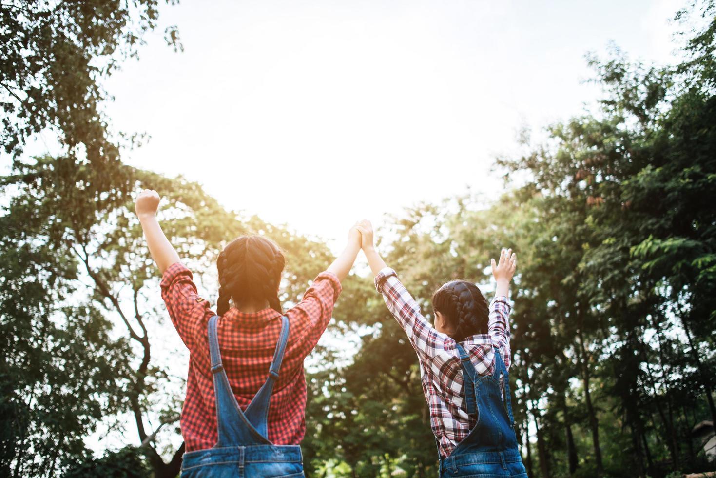 deux jeunes copines tenant les mains en l'air photo