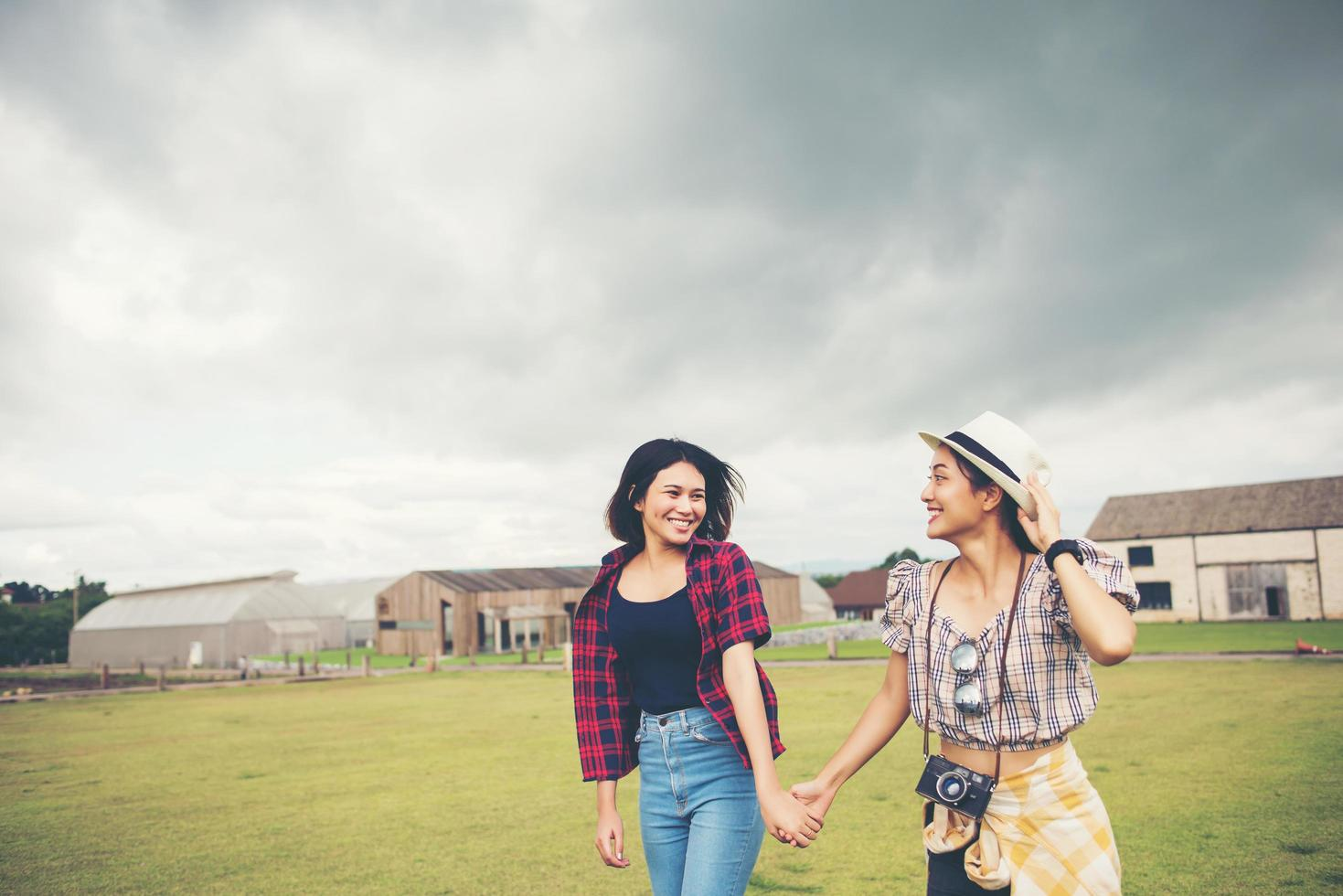 Portrait de filles souriantes marchant dans le parc photo