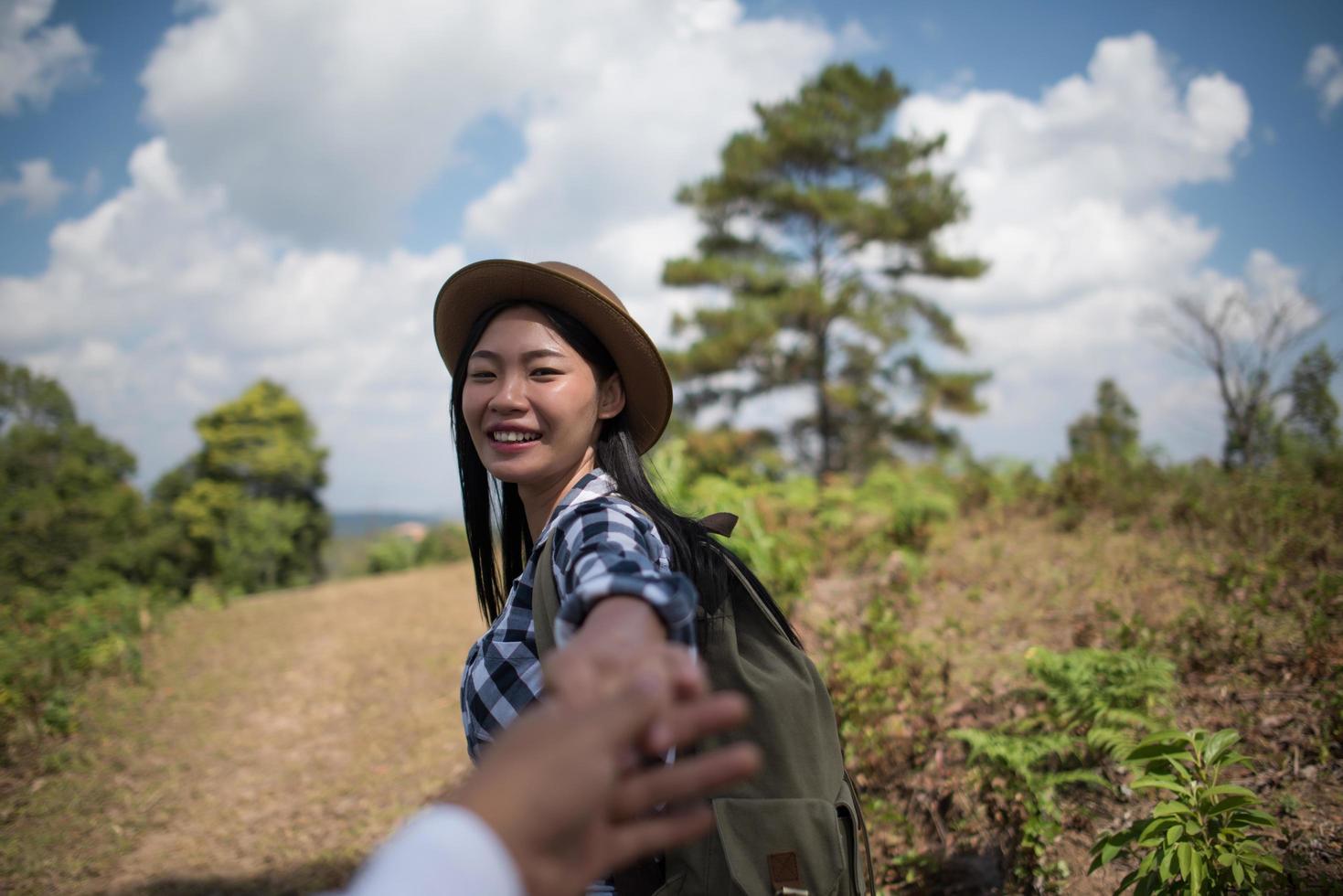 jeune couple marchant avec des sacs à dos en forêt photo