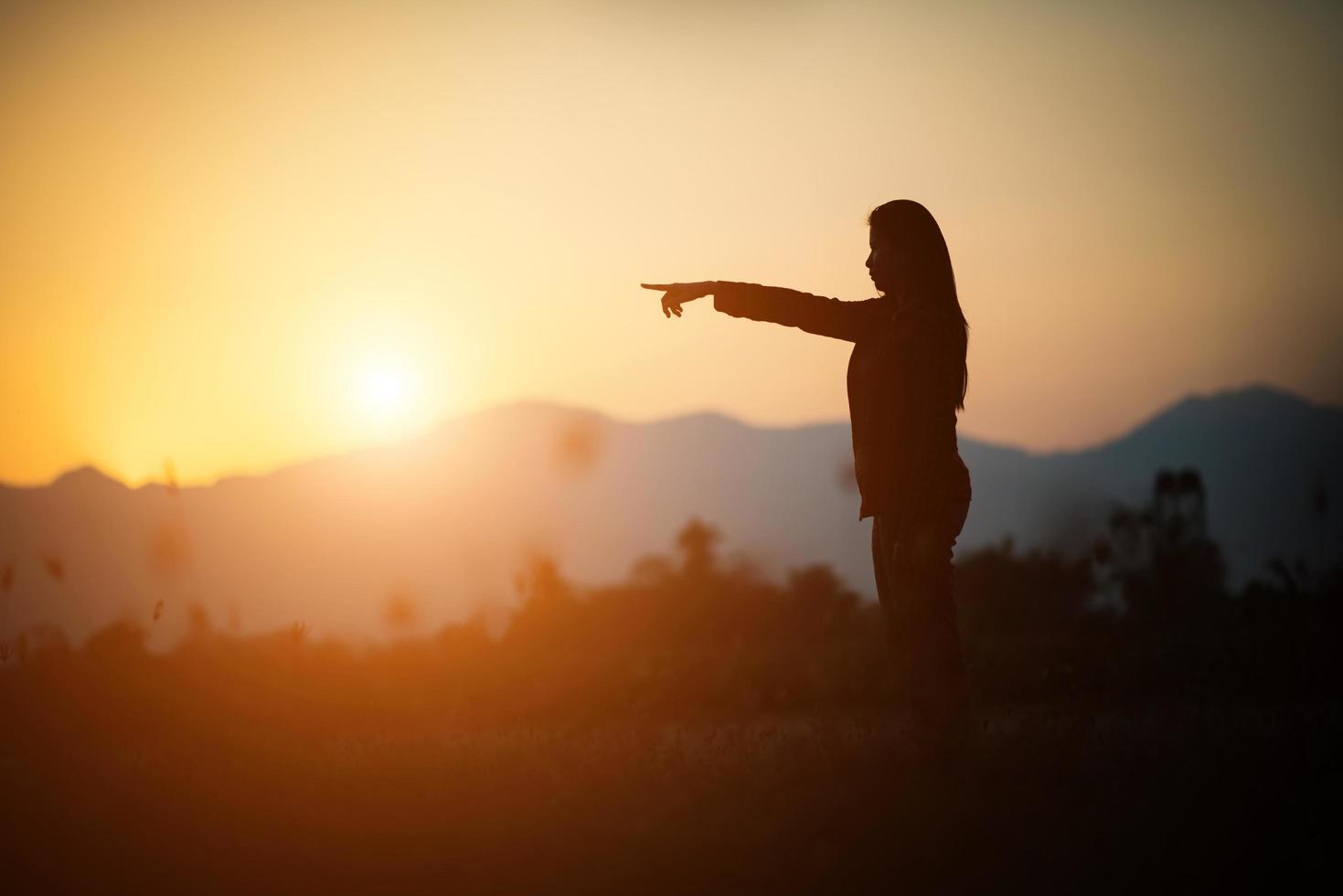 silhouette de femme sur fond de coucher de soleil magnifique photo