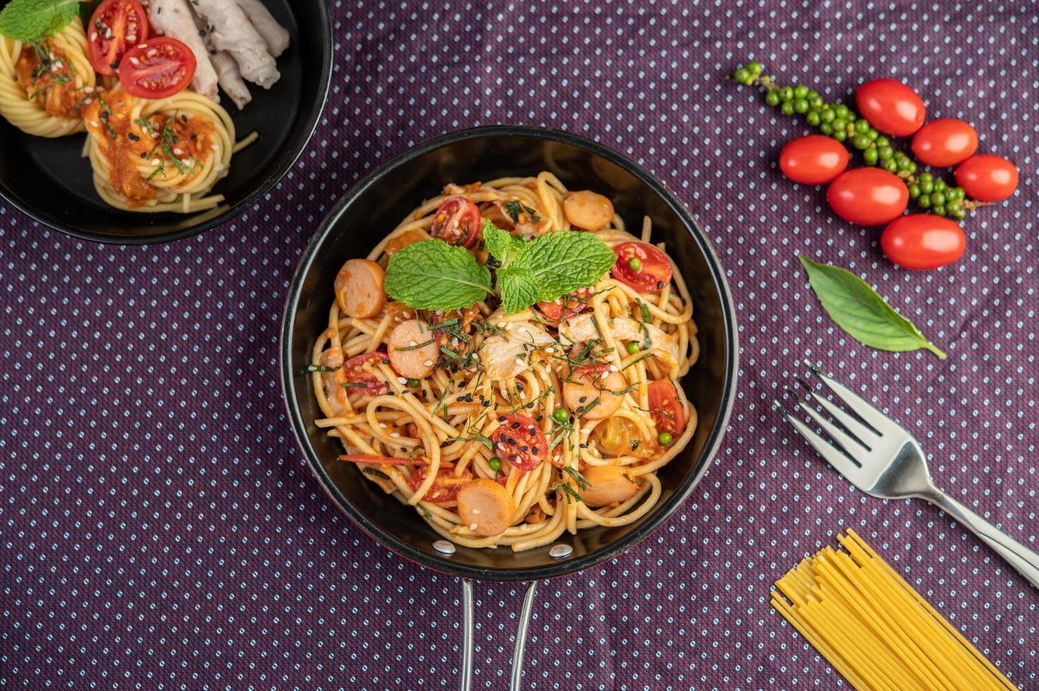 spaghettis épicés dans une poêle photo