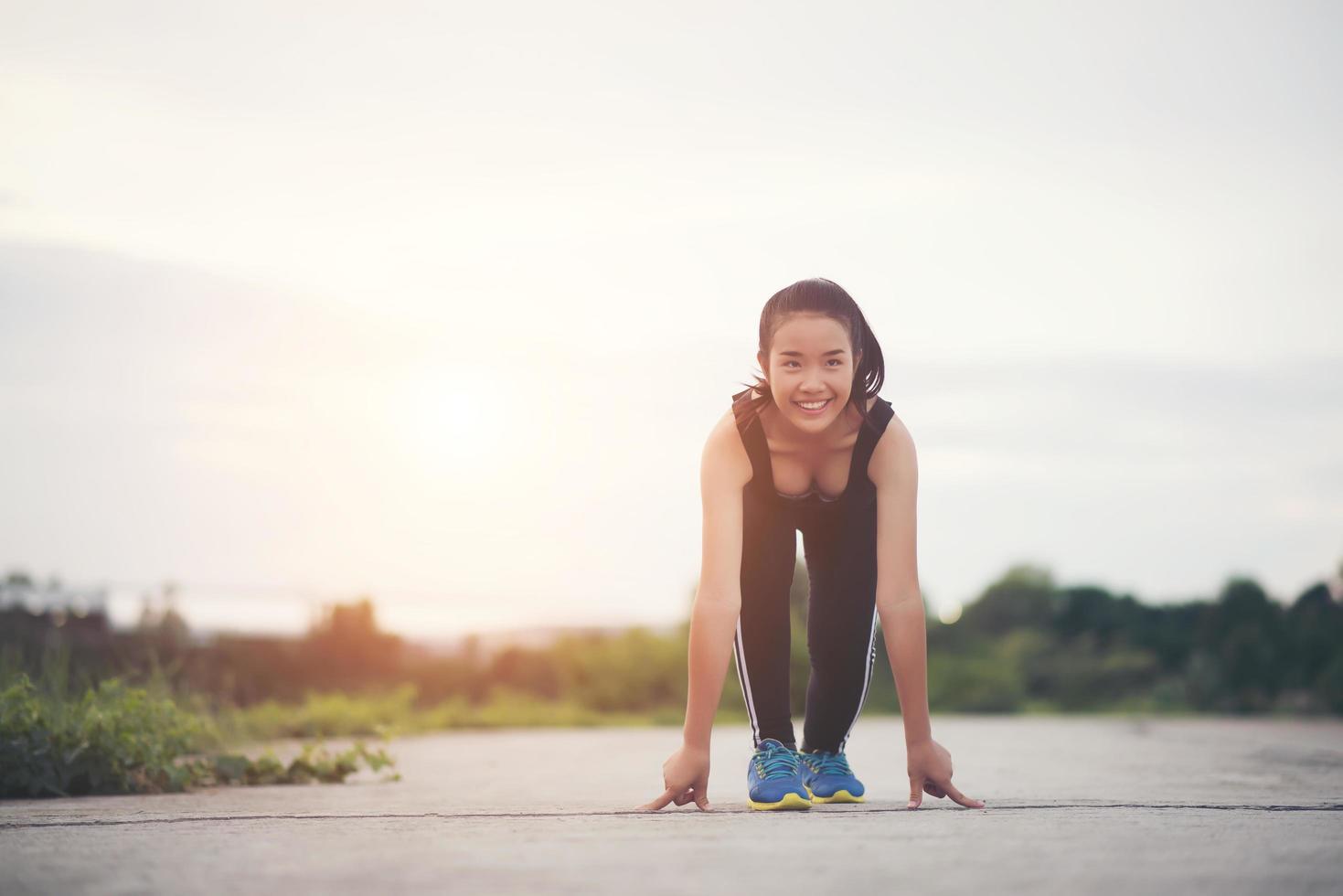 jeune athlète prêt à commencer à courir photo