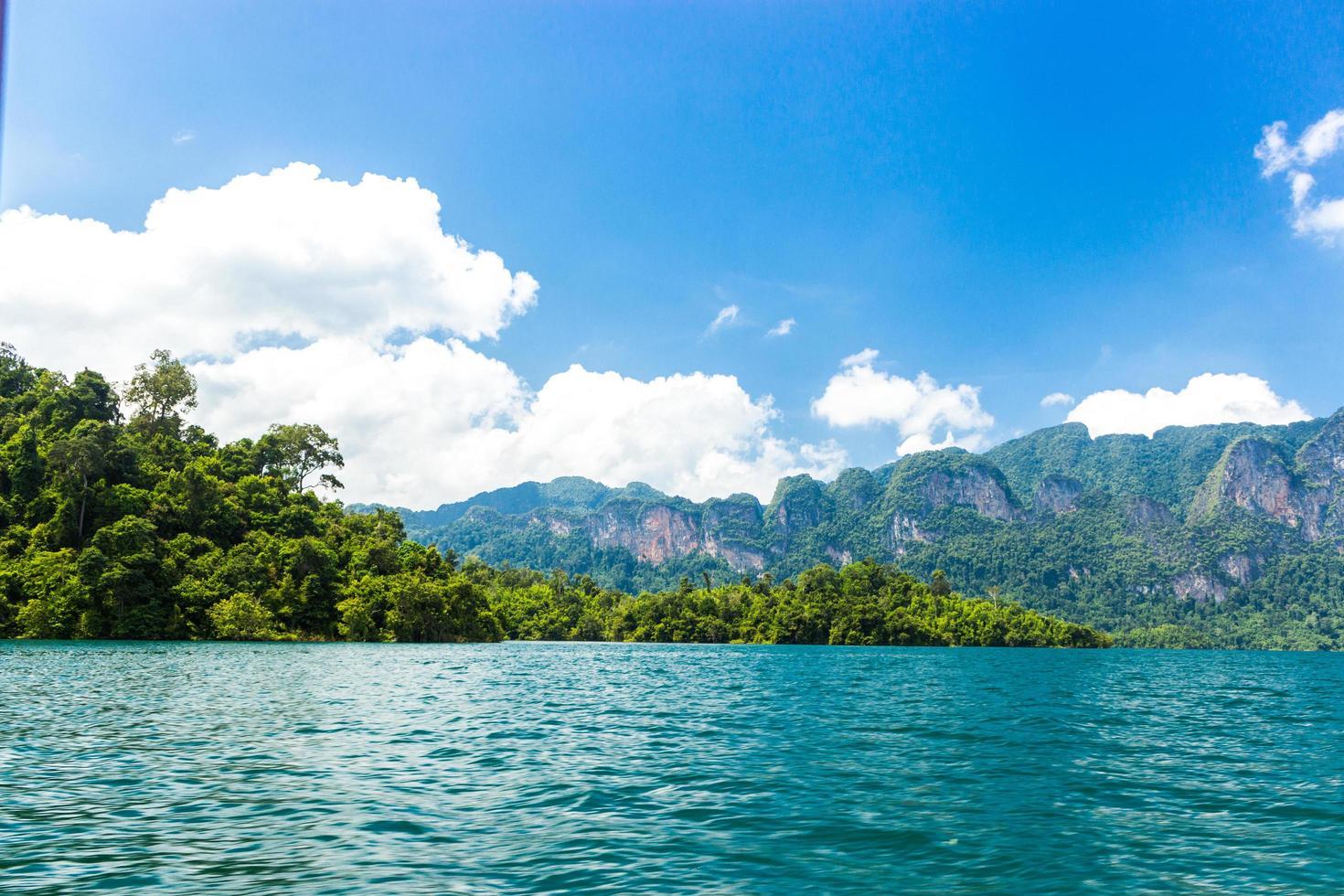 montagnes et eau avec ciel bleu nuageux photo