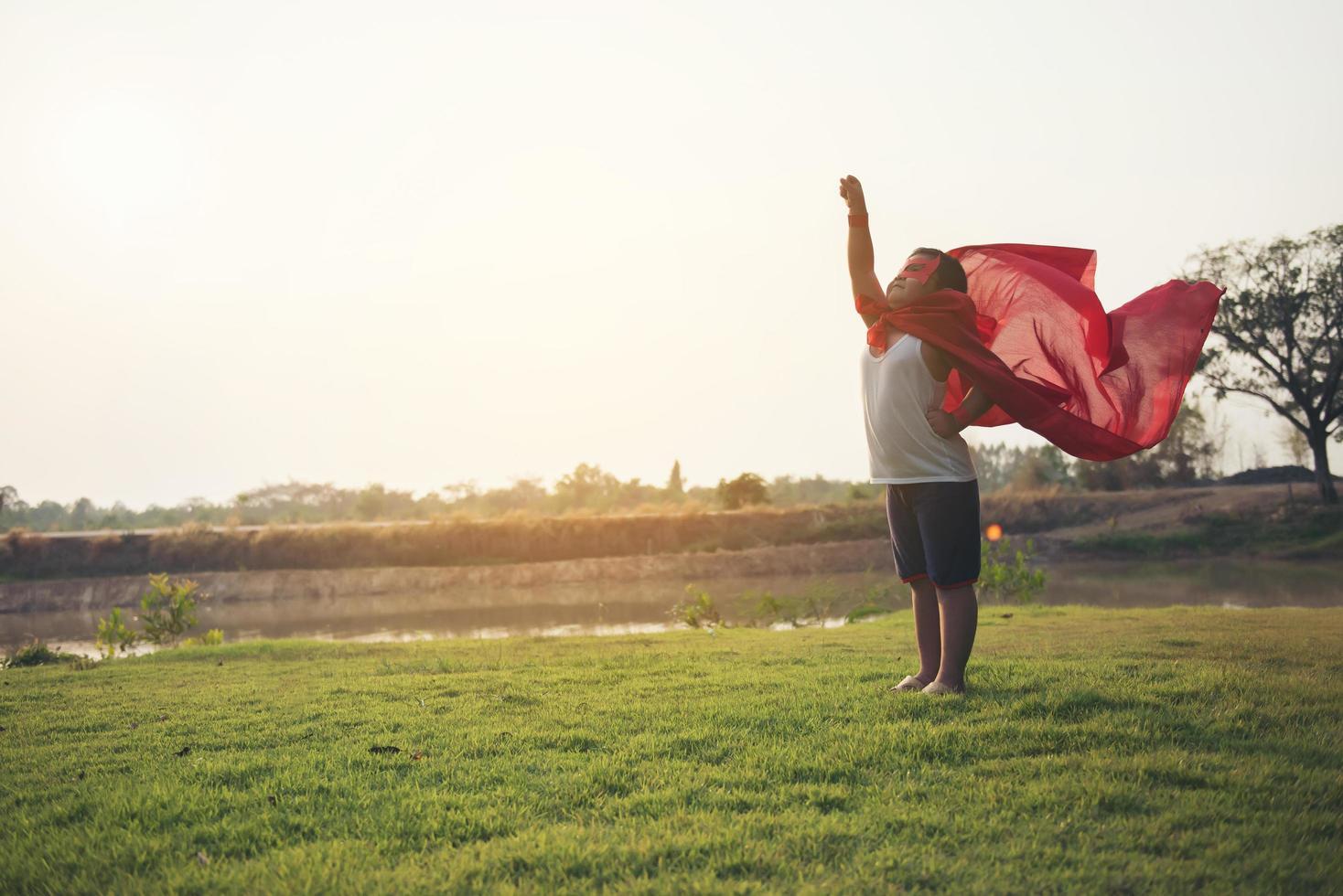 super garçon se tient pour montrer des super pouvoirs photo