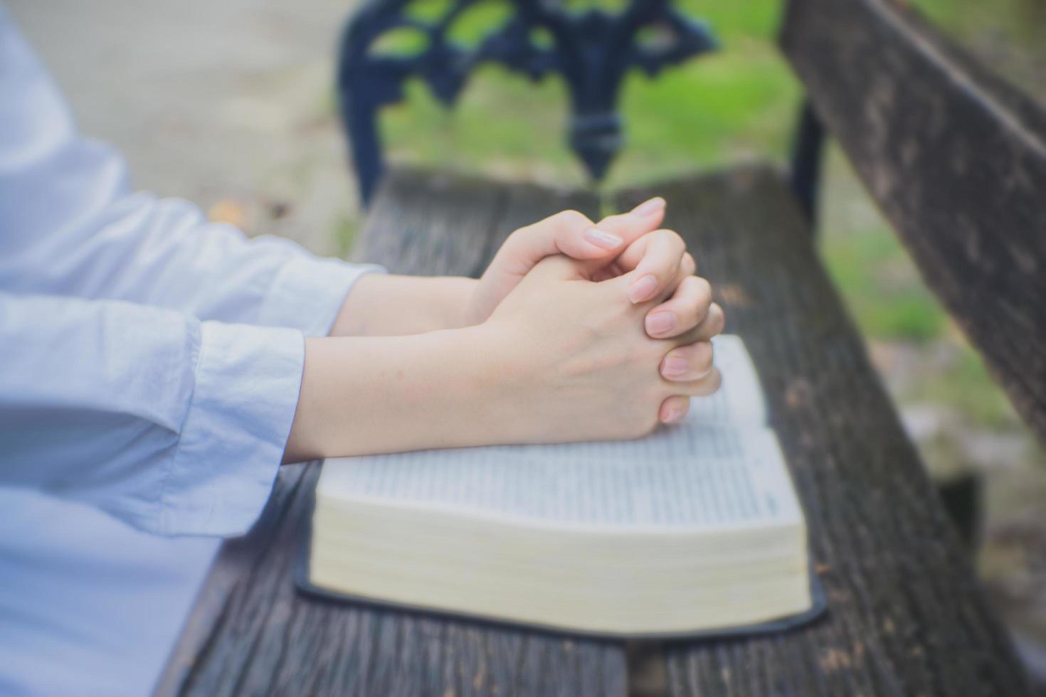 mains de prière avec la bible photo