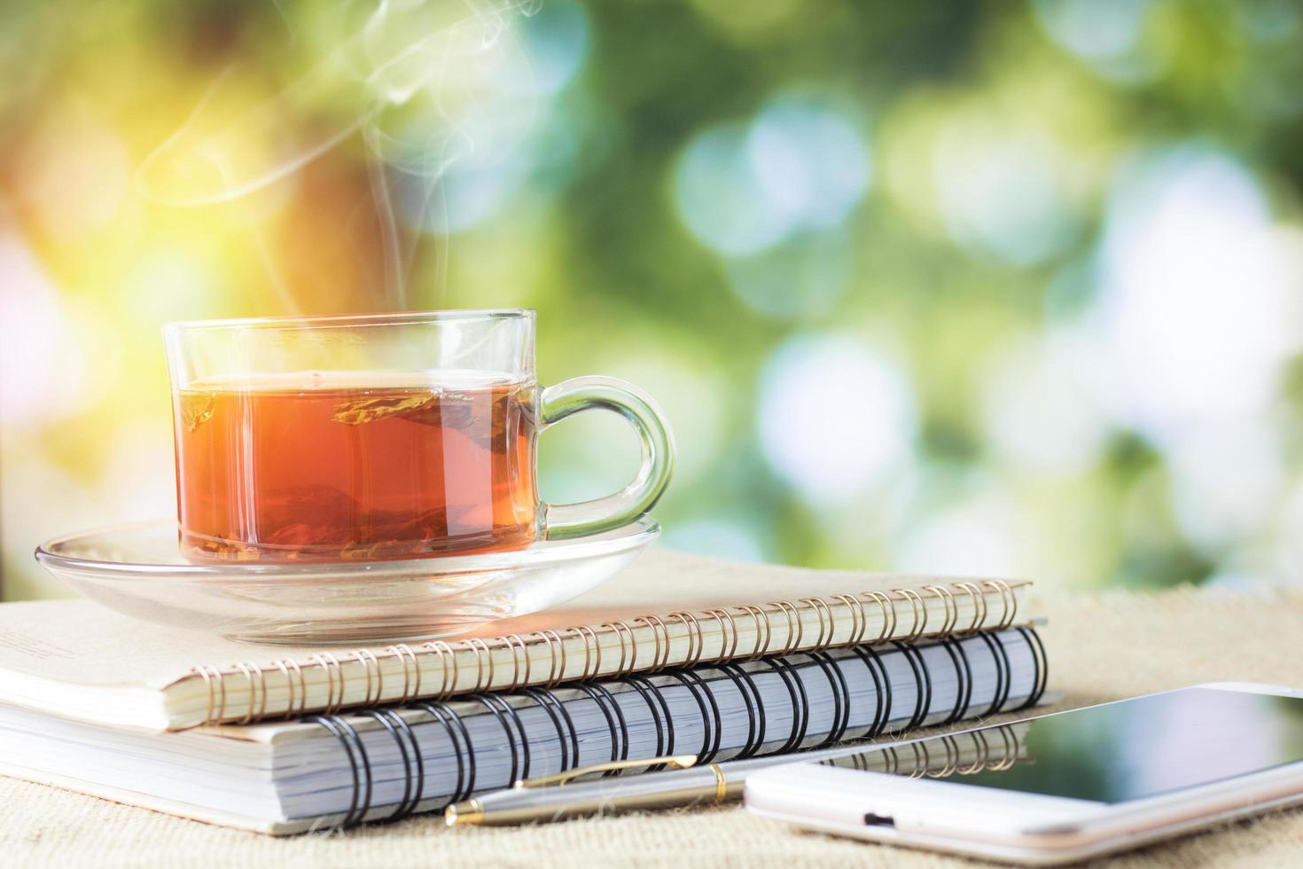 Verre de thé chaud sur une table en bois pour boire le matin photo
