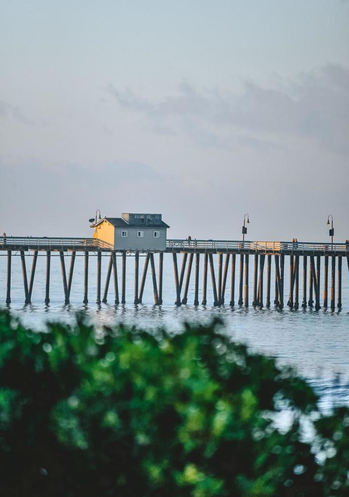 maison jaune et blanche sur le quai pendant la journée photo