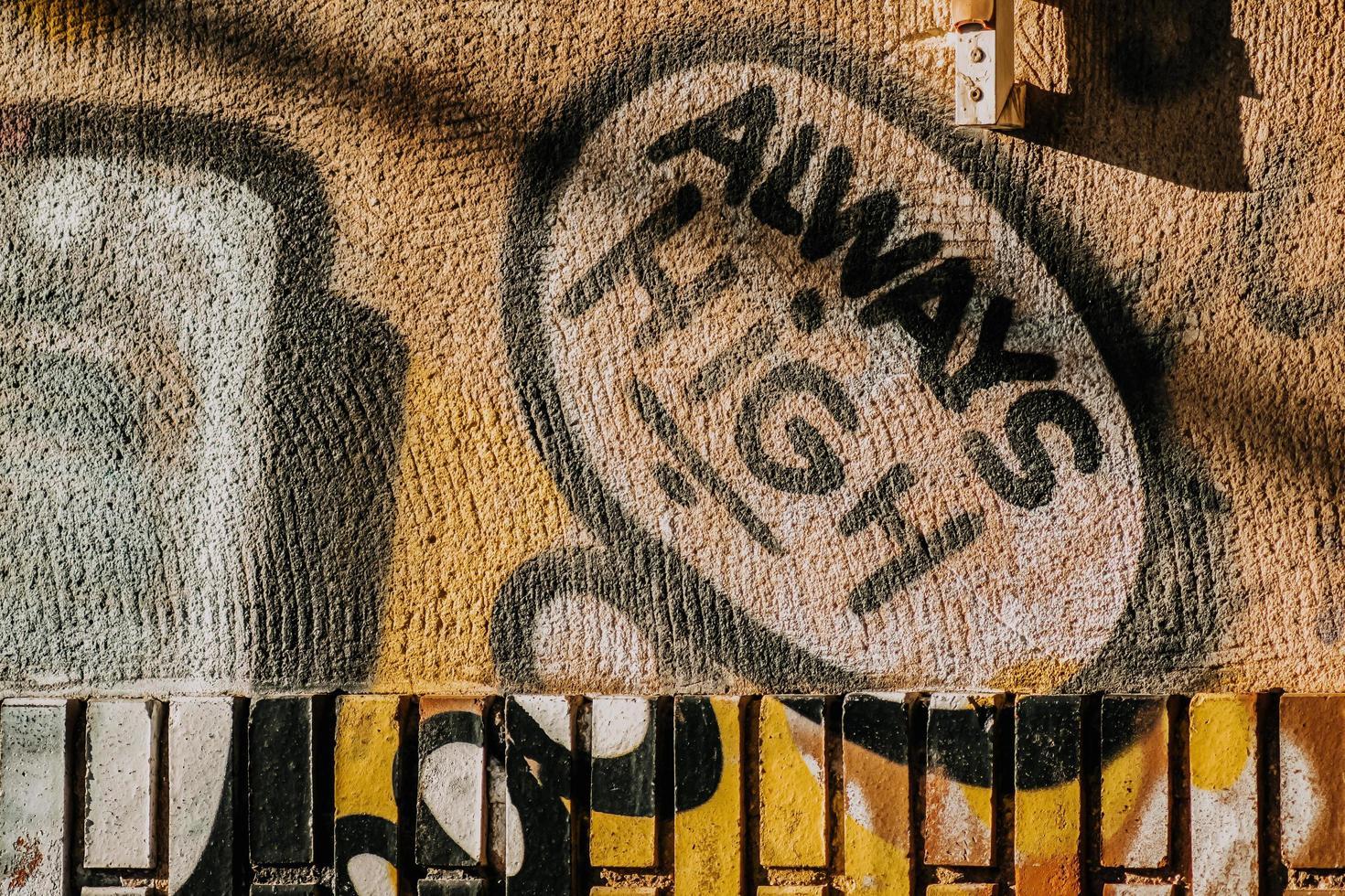 Torrevieja, Espagne, 2020 - art de rue jaune photo