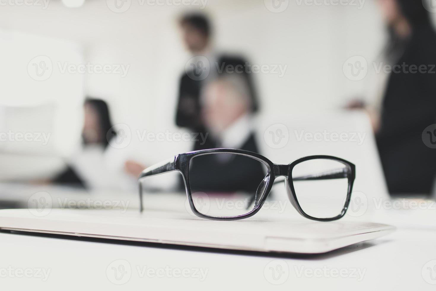 une paire de lunettes dans une salle de réunion photo