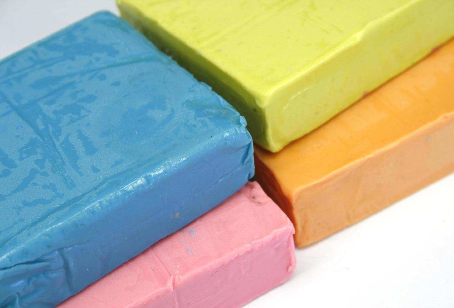 pâte à modeler colorée isolé sur blanc photo