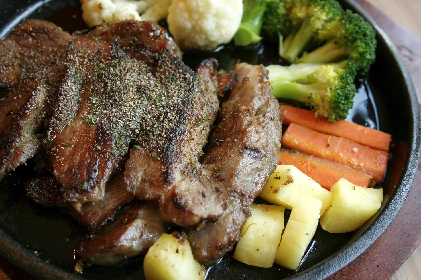 steaks grillés et salade de légumes photo