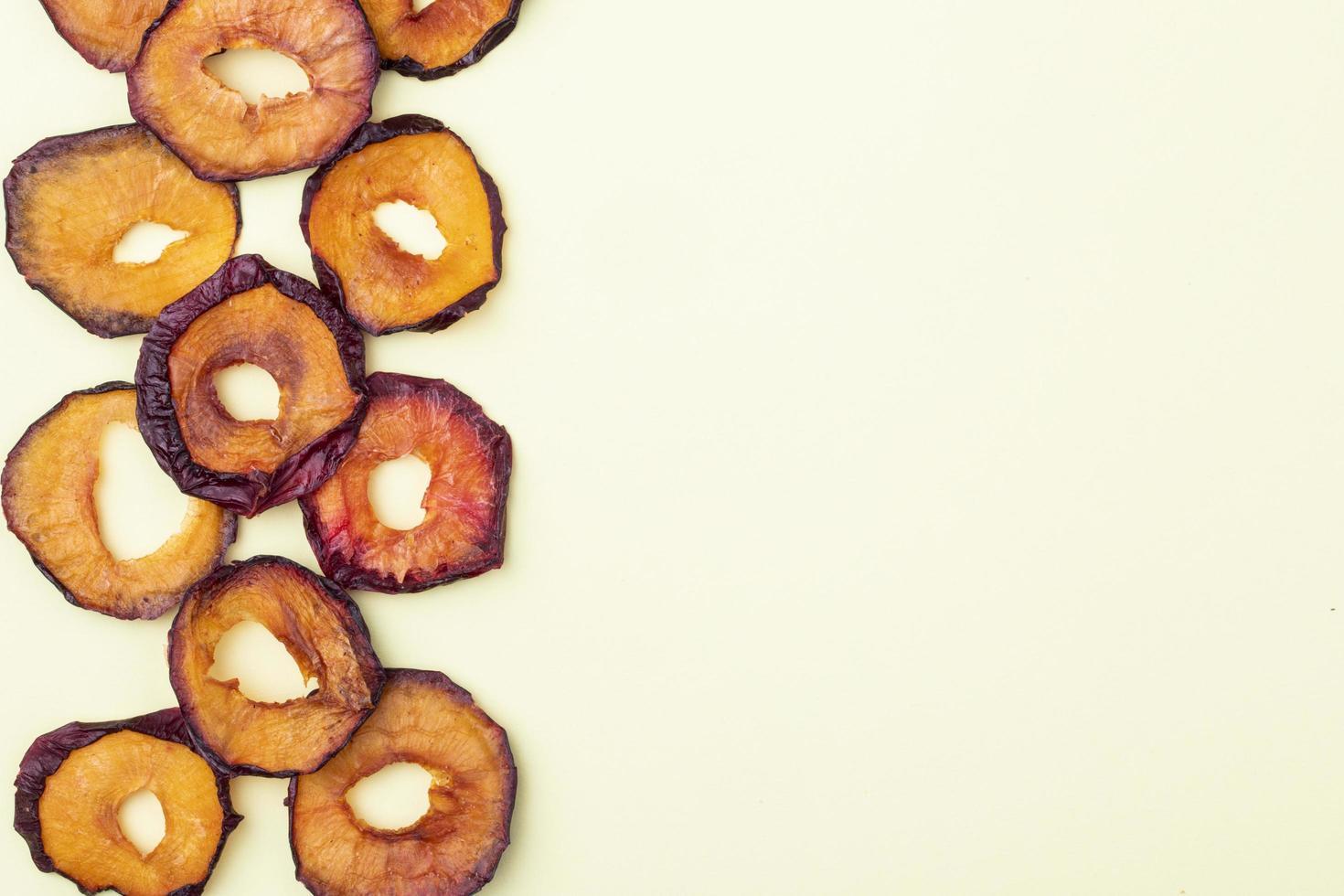 Vue de dessus des tranches de prune séchées sur fond blanc avec copie espace photo