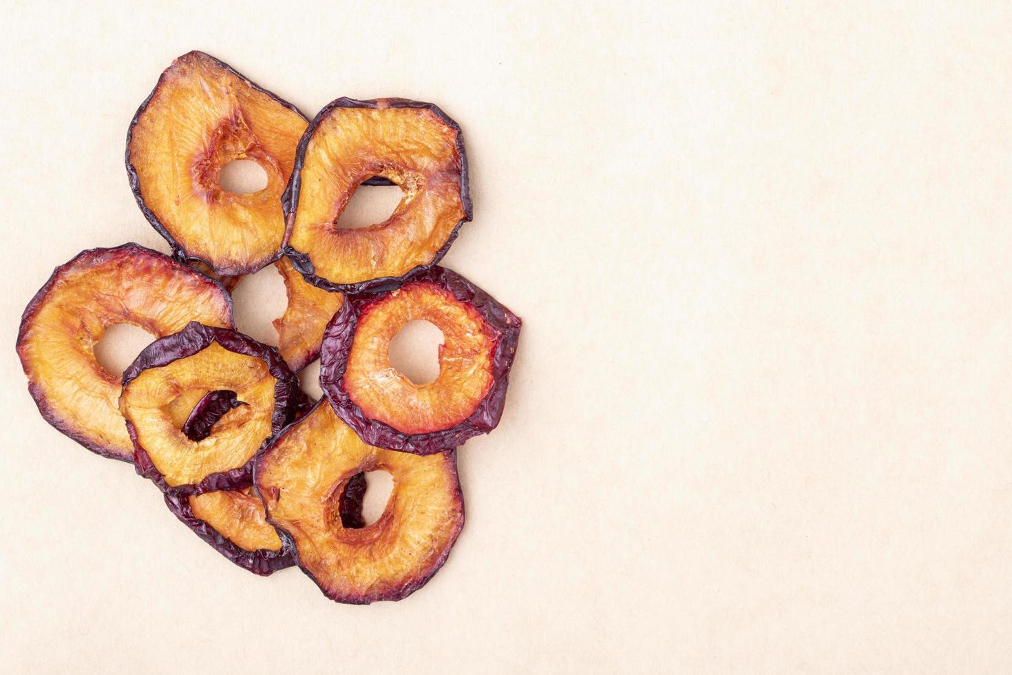 Vue de dessus des tranches de prune séchées isolés sur fond de texture de papier brun avec espace copie photo