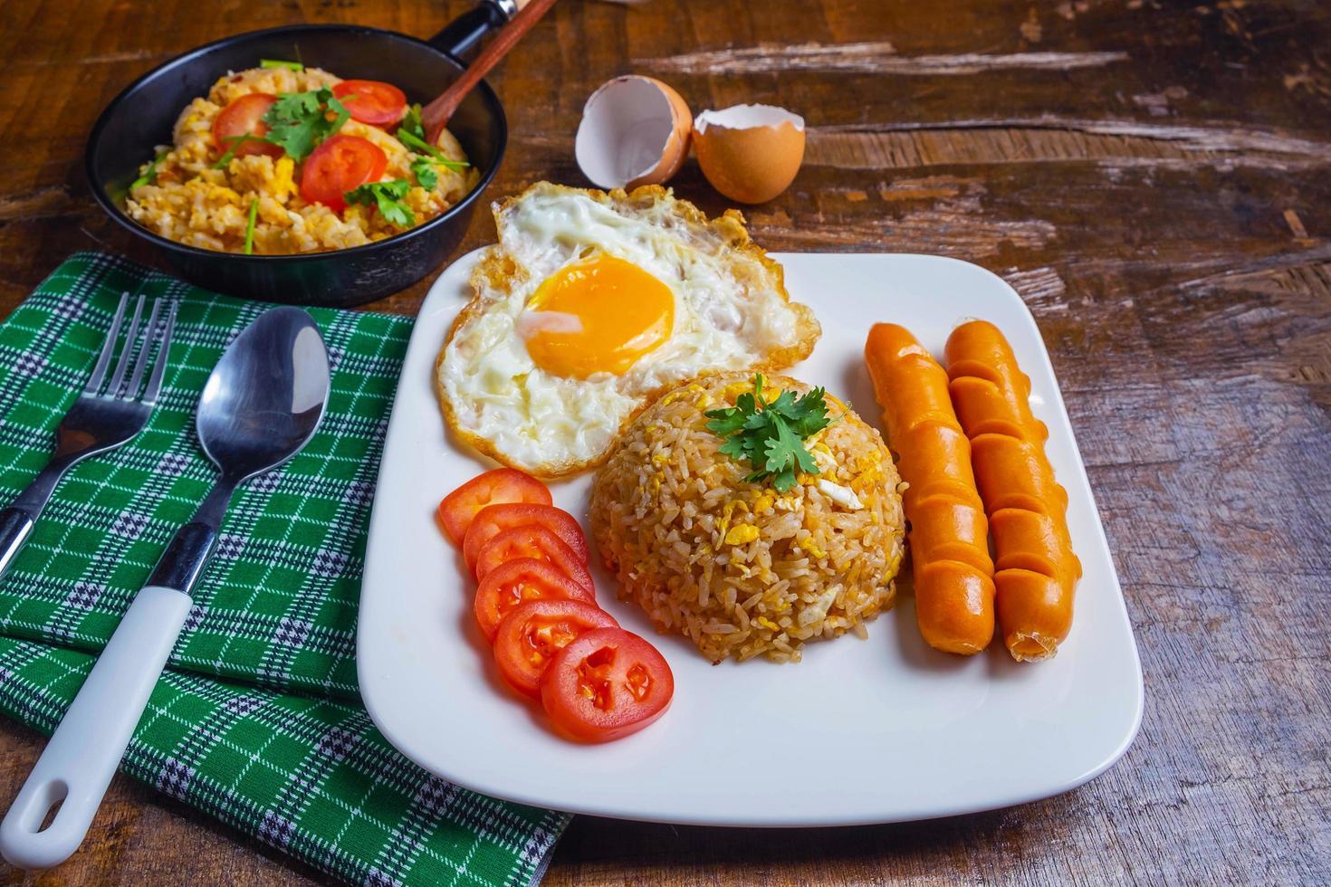 riz frit servi avec œufs et saucisses photo
