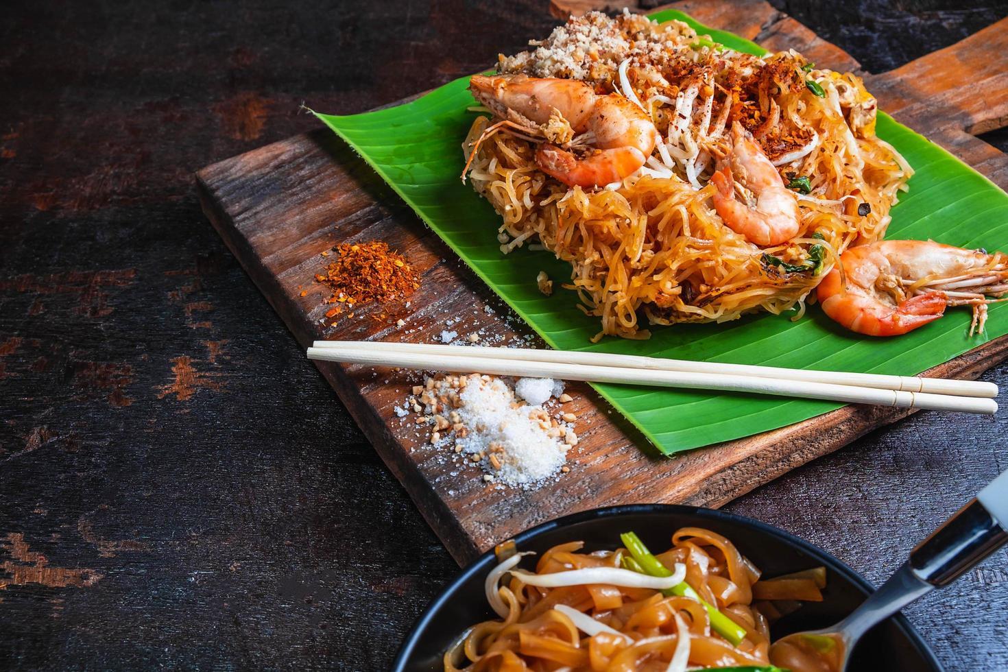 Pad thai crevettes sur feuille de bananier photo