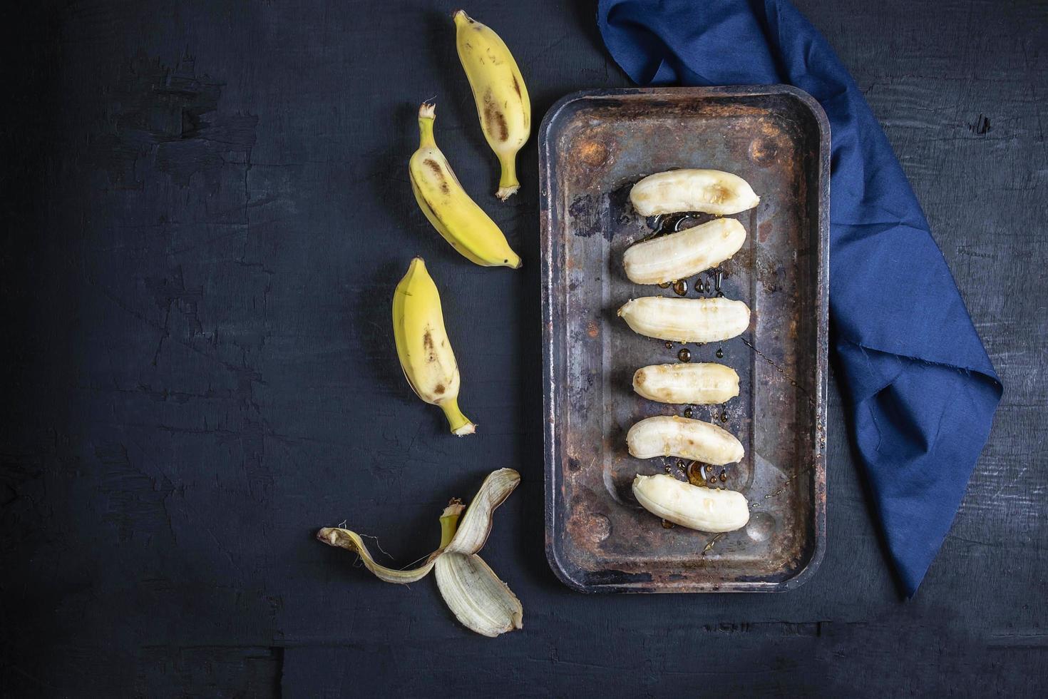 bananes sur fond noir photo