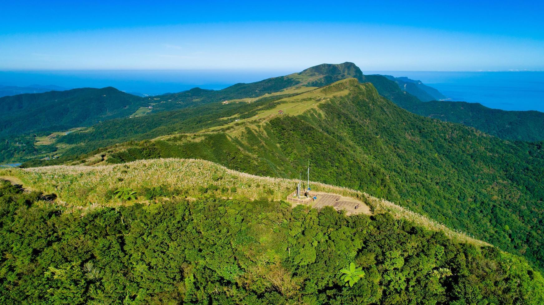 collines vertes et ciel bleu photo