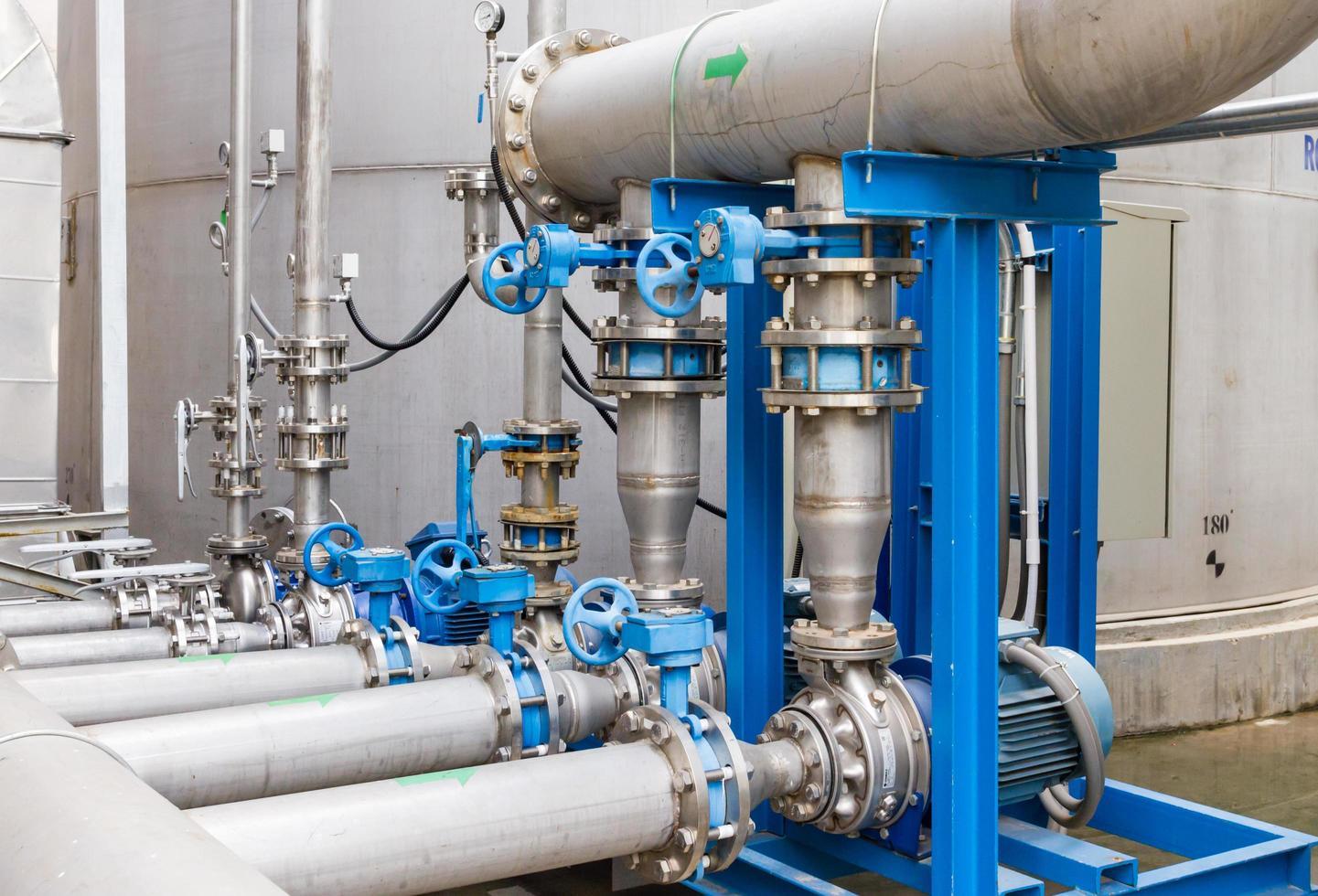 pipes bleues et argentées photo