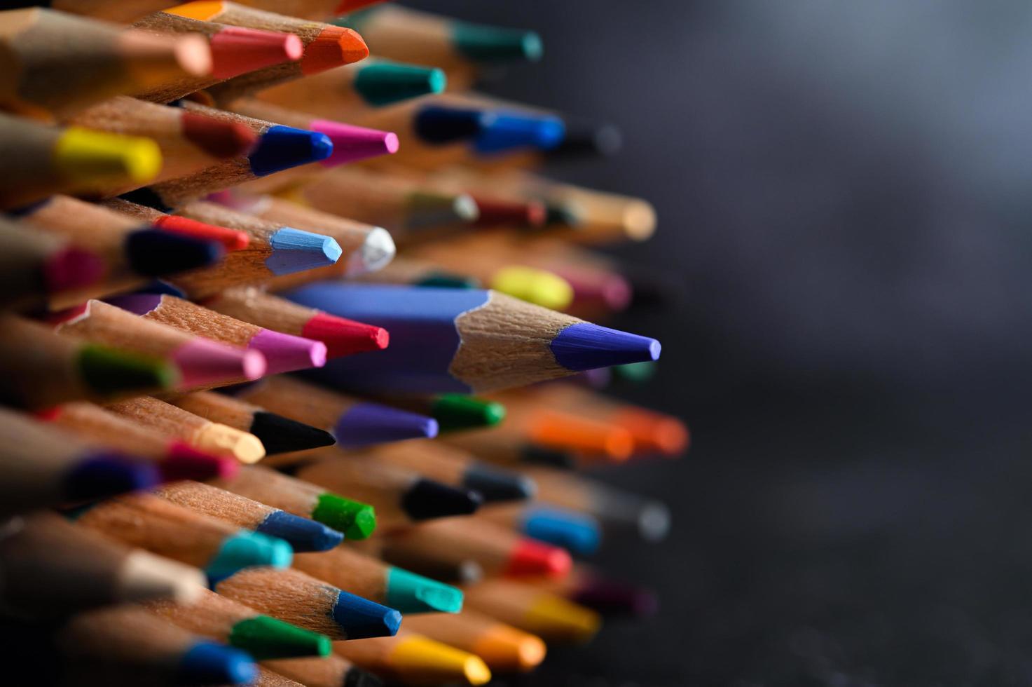 gros plan, groupe, de, crayons de couleur, mise au point sélective, sur, bleu photo