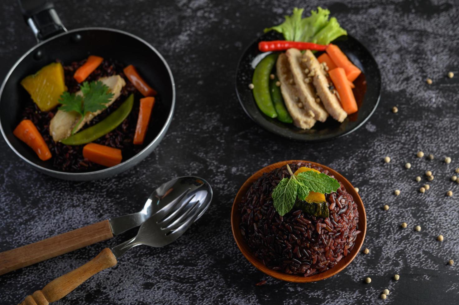 baies de riz violettes avec poitrine de poulet grillée et potiron et carotte photo