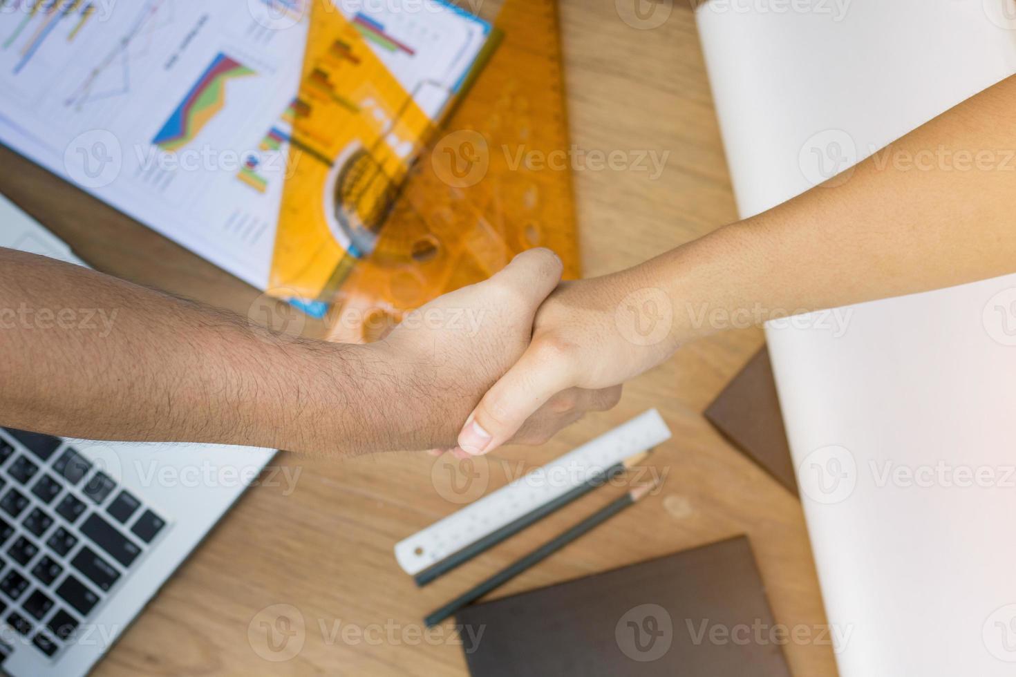 vue de dessus de deux personnes se serrant la main photo