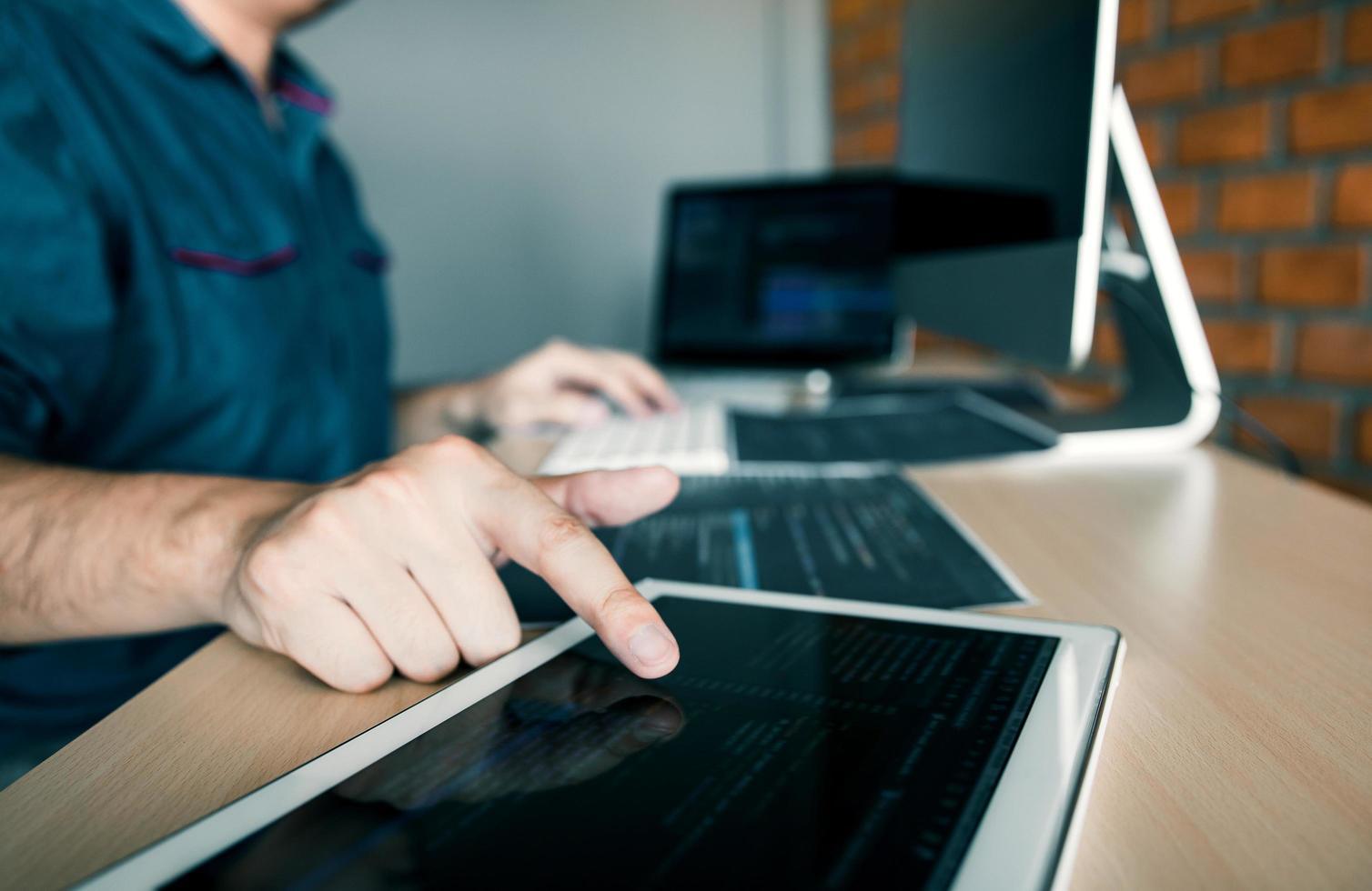 développeur de logiciels pointant sur tablette photo