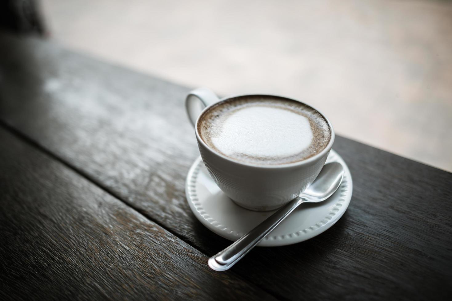 café sur table dans un café photo