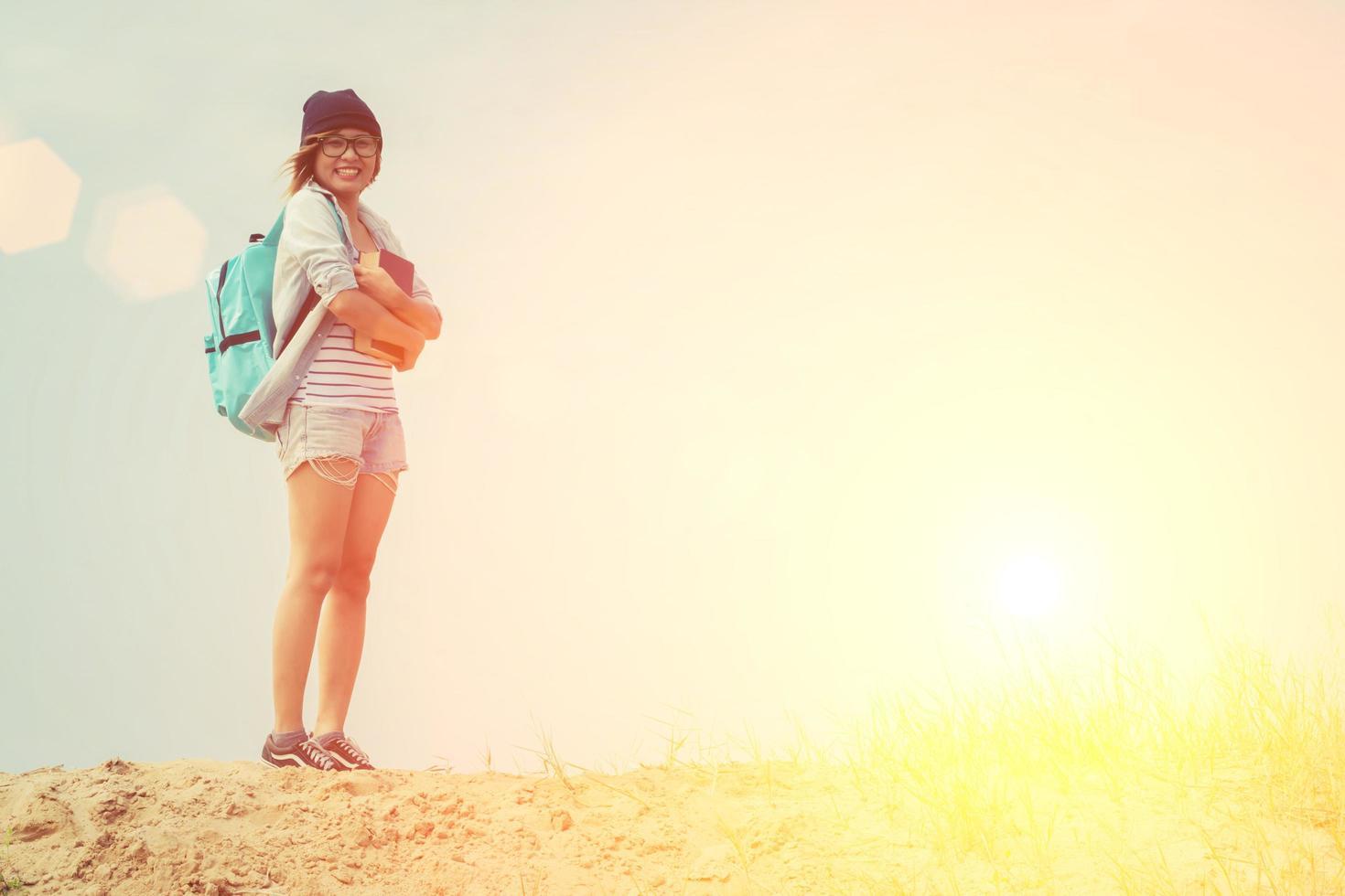 jeune femme hipster tenant un livre sous le ciel photo