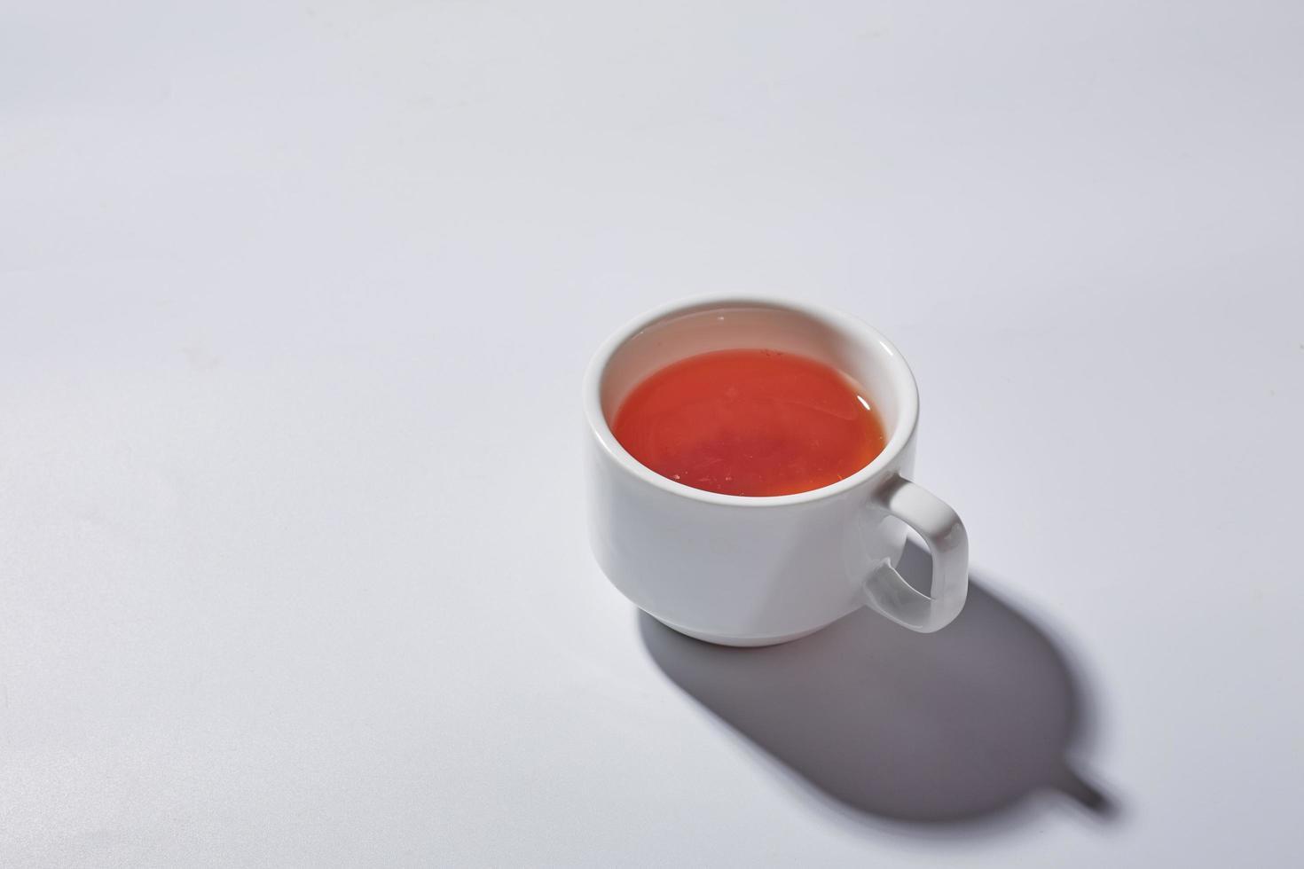 tasse de thé sur une surface blanche photo