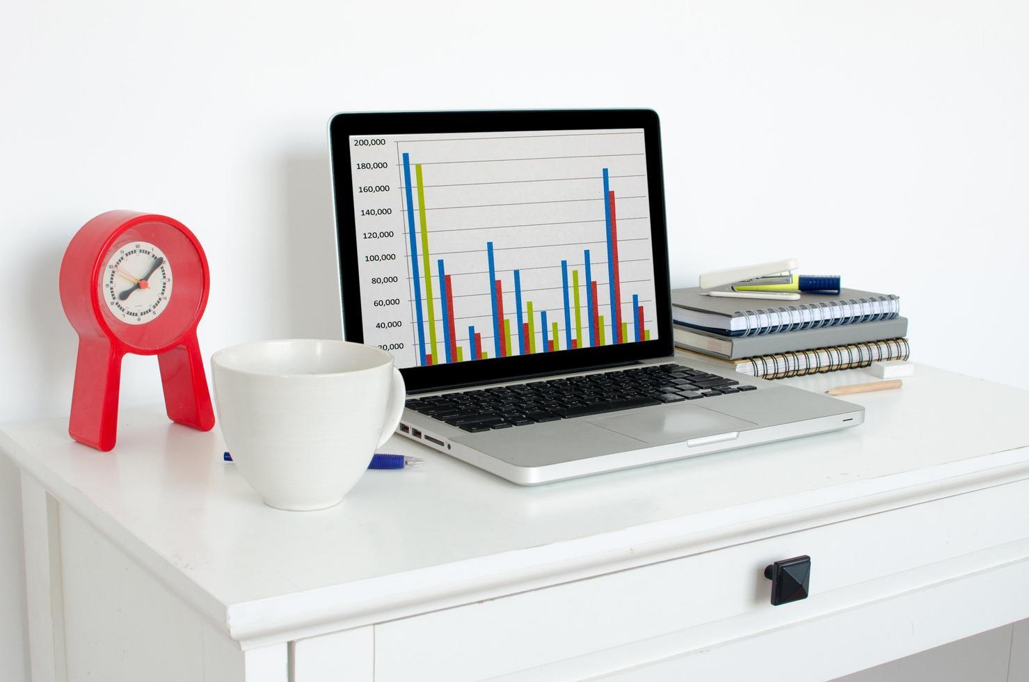 ordinateur portable sur un bureau photo