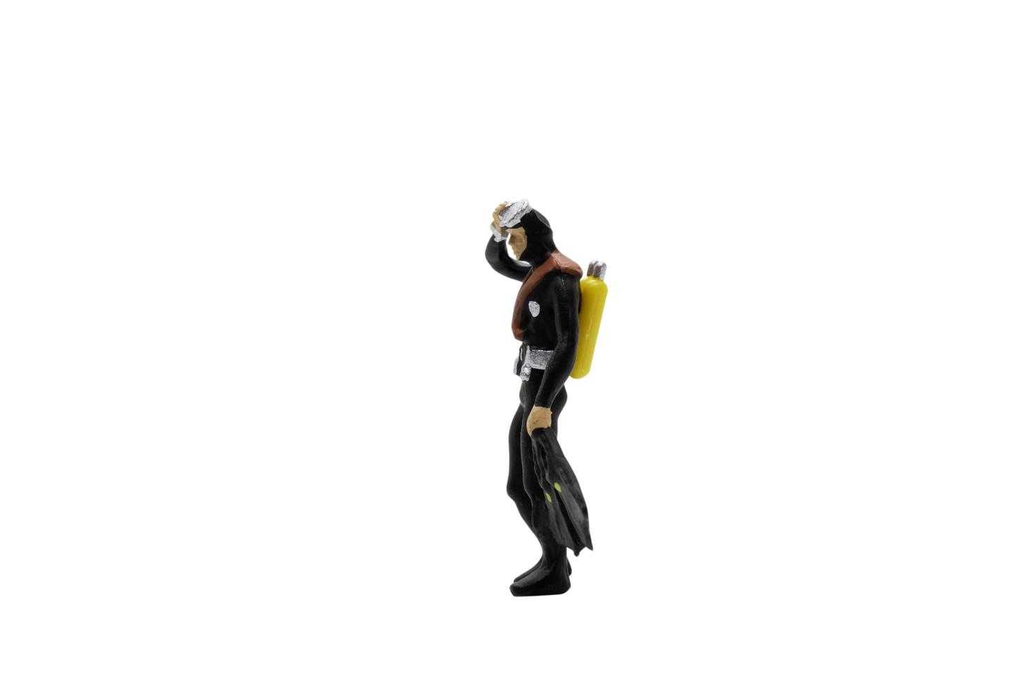 Figurine miniature d'un plongeur isolé sur fond blanc photo