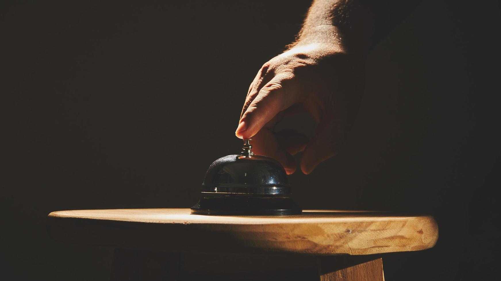 doigt sur la cloche de service photo