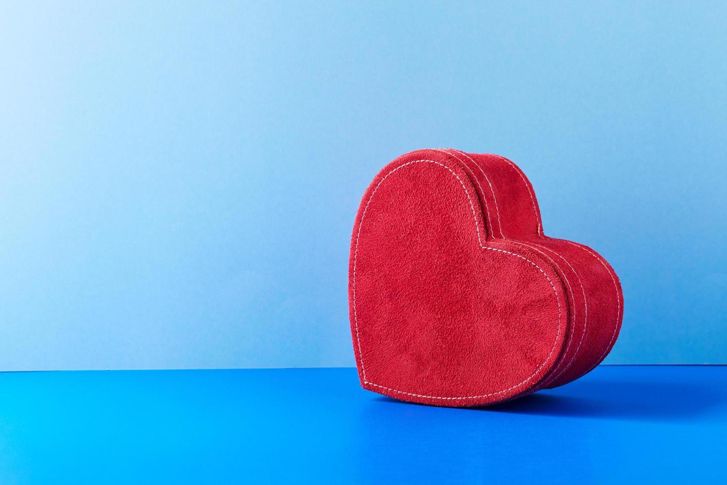 coffret cadeau coeur rouge sur fond bleu photo