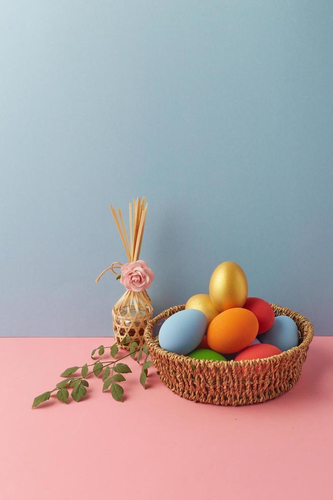décorations de pâques sur table photo