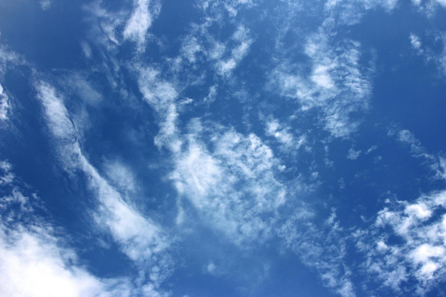 ciel bleu profond avec des nuages photo