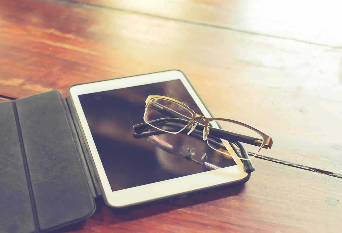 lunettes reposant sur une tablette photo