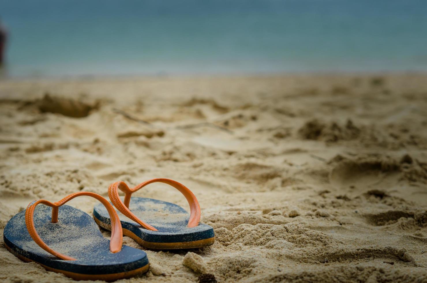tongs dans le sable photo
